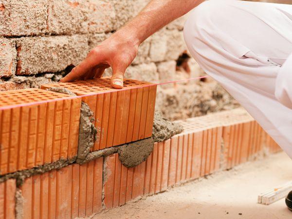 水泥工常彎腰負重 椎間盤突出申請職災補助