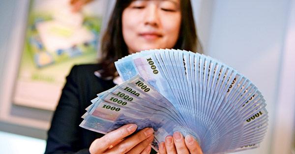 台幣狂升!旅遊換匯 ATM領比臨櫃更划算