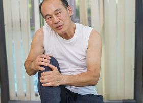 走路膝蓋好痛!吃保健食品沒改善,原來問題出在脊椎