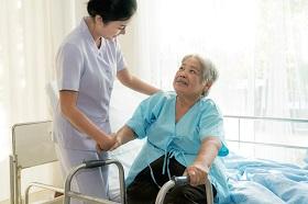 有看護就夠了?專人協助復健才是居家照護