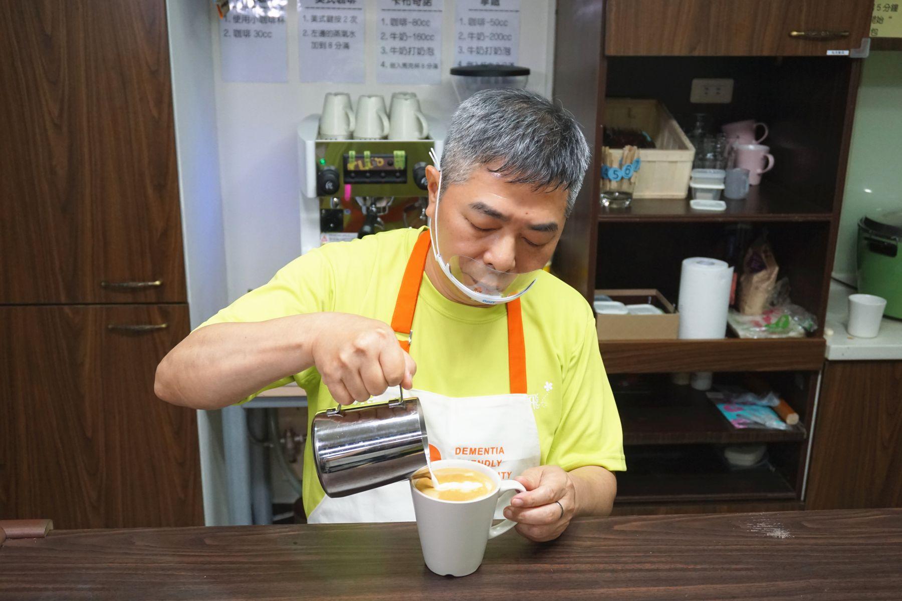 一杯咖啡的感動 「年輕型失智症」病友快樂服務
