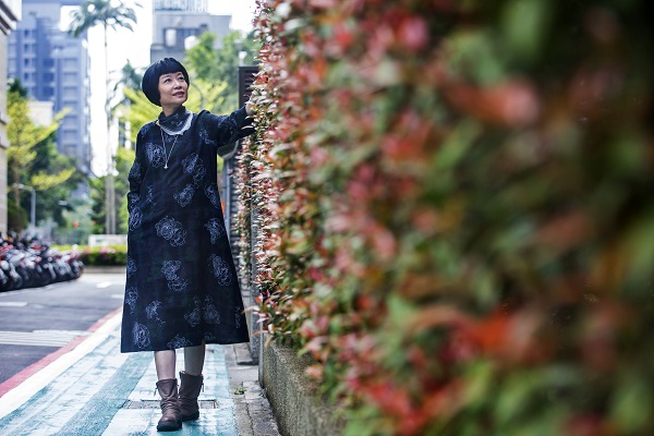 張曼娟「減法」過生活、穿搭舊衣也開心  「現在不做自己,難道要等80歲?」