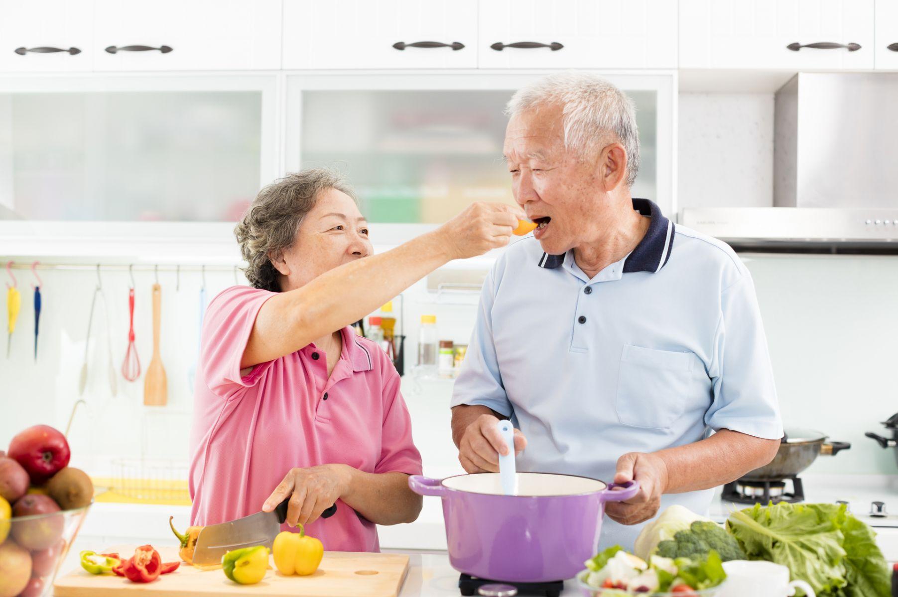 失智者忘記怎麼吃飯?照顧者要知道的4個照顧重點