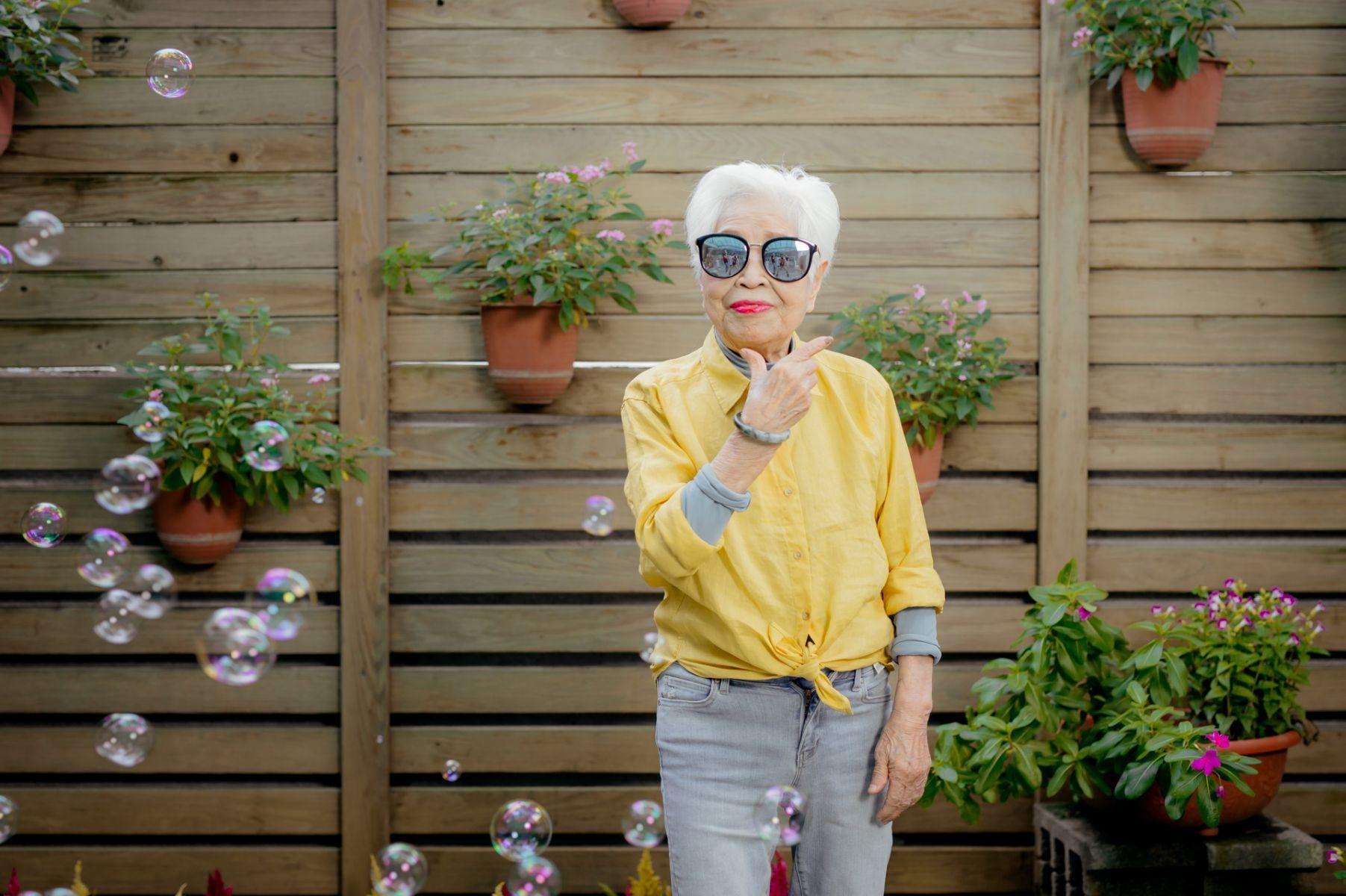失智也能很快樂!百歲奶奶沒駝背、不用拐杖,80歲還自己出國