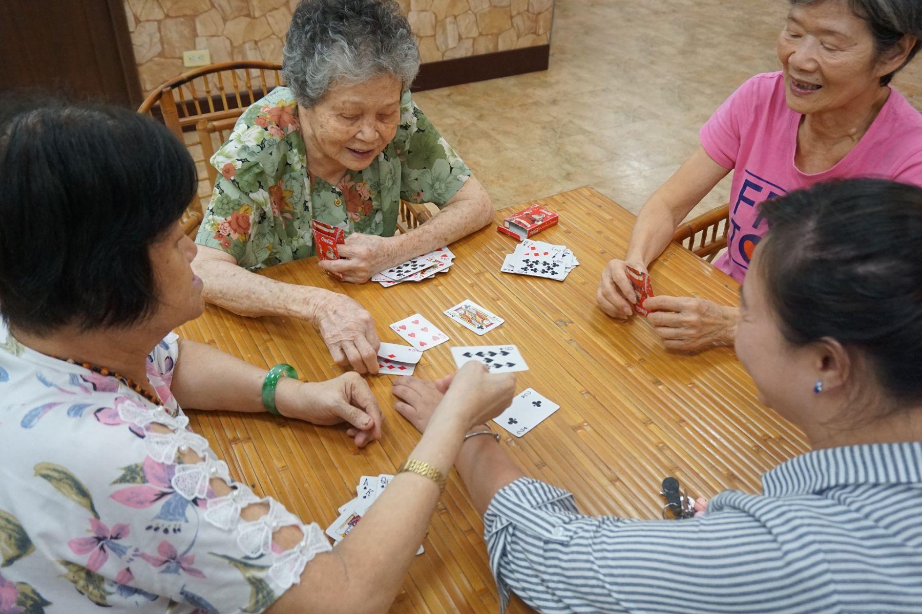 專題/失智長輩上學囉!講故事、打撲克牌、玩疊疊樂…爺奶超愛日照中心!