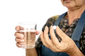 阿嬤吃藥竟然配藥酒!茶、咖啡、牛奶也別亂喝,藥師教你正確服藥