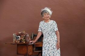 一針一線親手縫製!96歲失智嬤穿上年輕自製洋裝 笑拍沙龍照留念