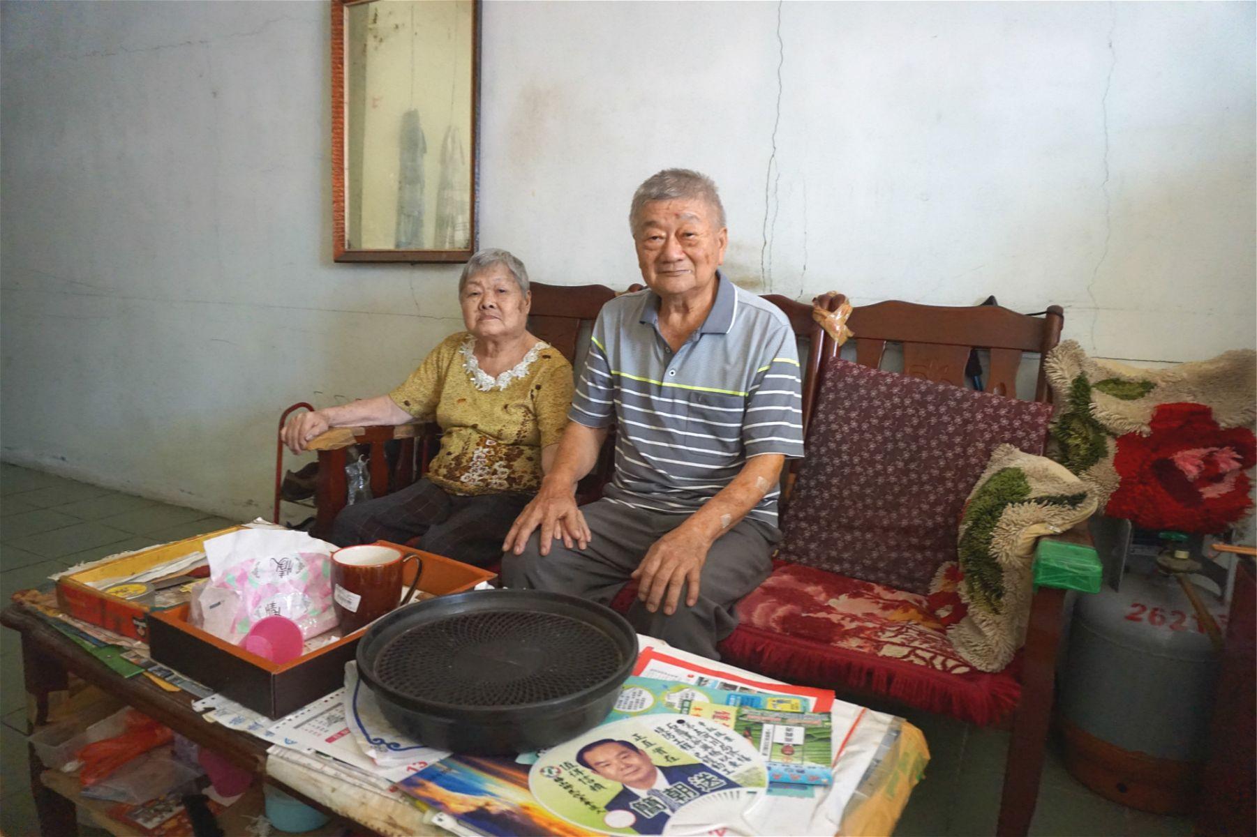 老老照顧/細心呵護80歲失智妻子 79歲阿公:不辛苦啦,自己的某啊!