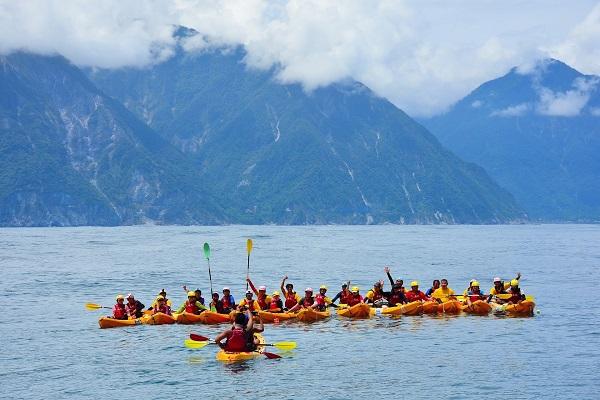 離開你的舒適圈!划獨木舟征服太平洋,他們老當益壯沒在怕!