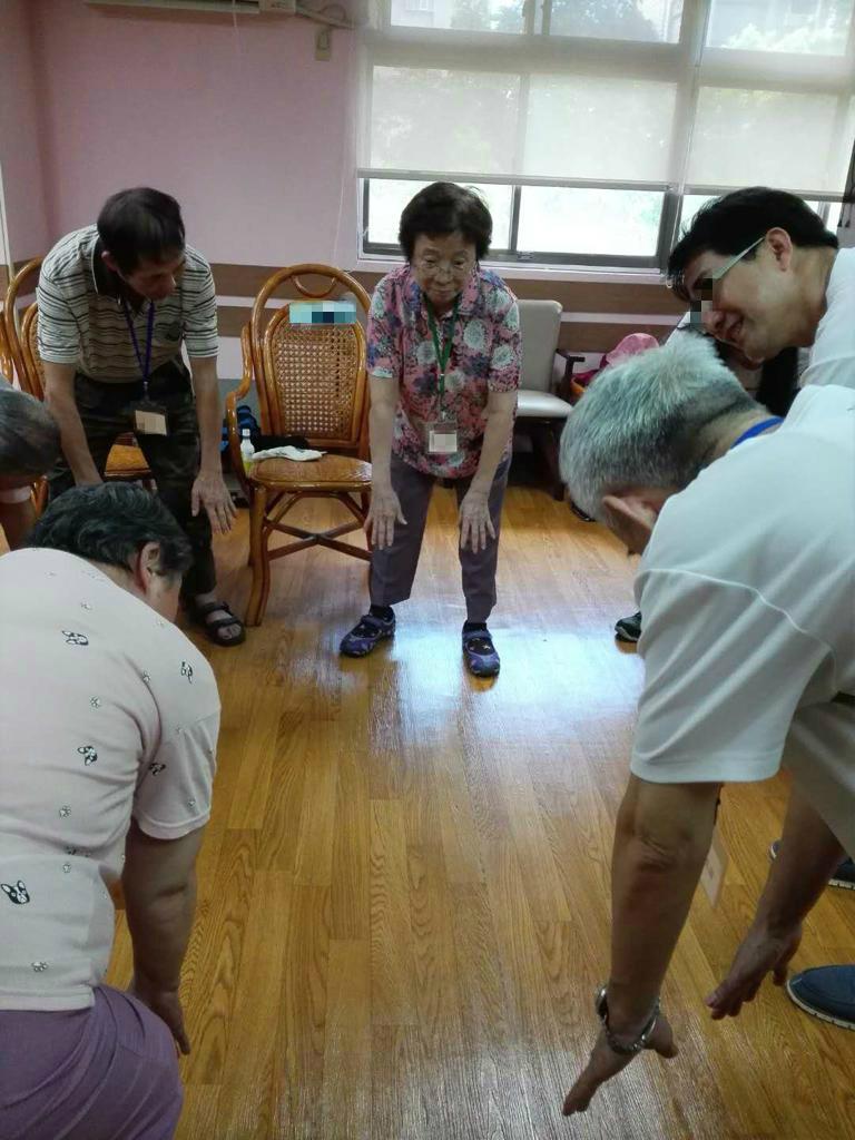 在專業人員帶領下活動身體,是延緩失智退化的方法。