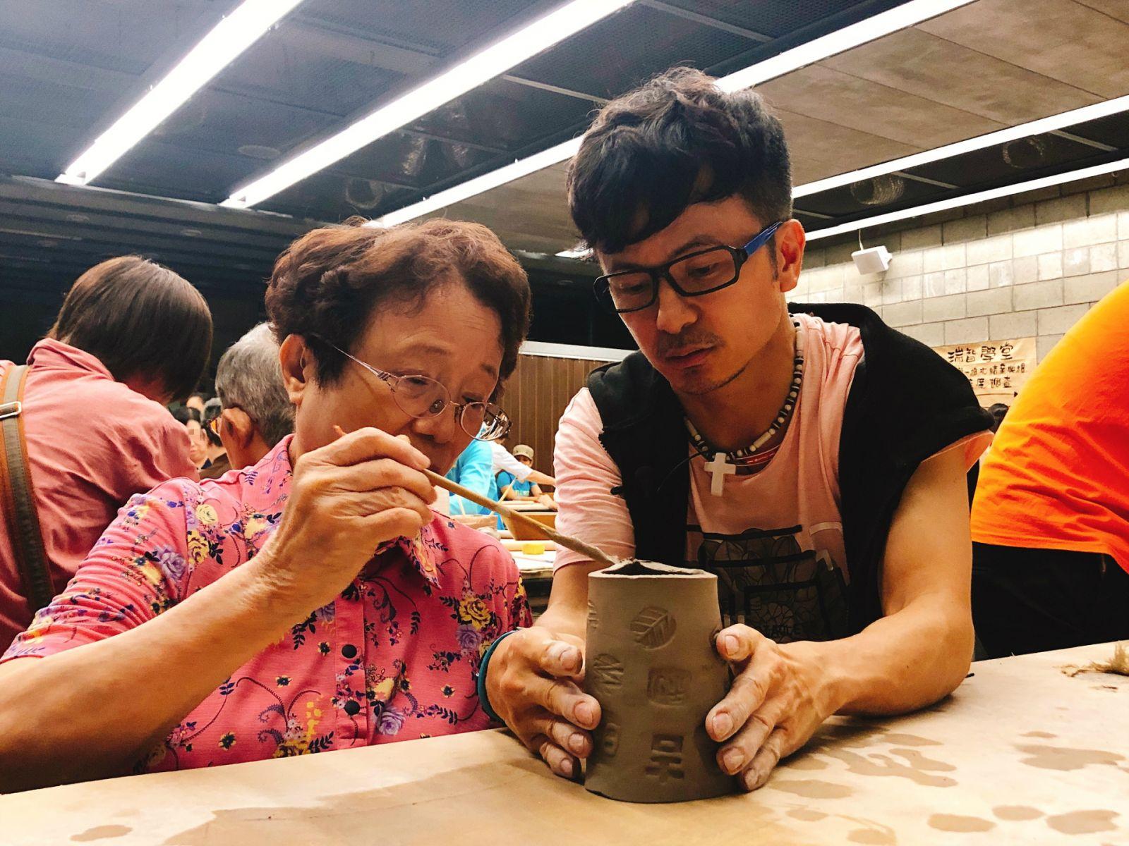 從從帶母親參加捏陶活動,一起製作陶杯,共享天倫之樂。
