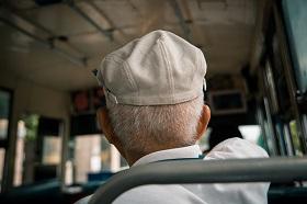 搭1.5小時公車就醫、鐵皮屋漏水怕火災!弱勢老人最需要這些幫助