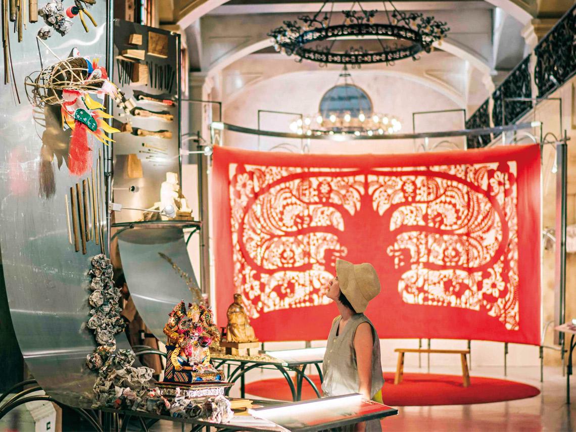 台南「文文仔火」以巨型剪紙與匠師的創作和工具,展現台南的溫火特質。