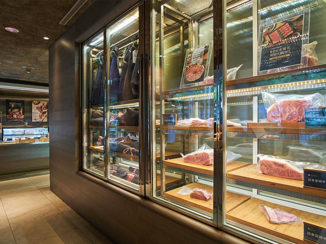RÒU by T-HAM冷藏櫃內盡是頂級肉品,店家也提供寄火腿服務。