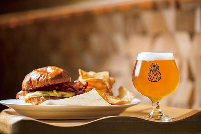 啜飲室大安培根雞蛋起司三明治配上IPA與豐富的啤酒花香氣很搭