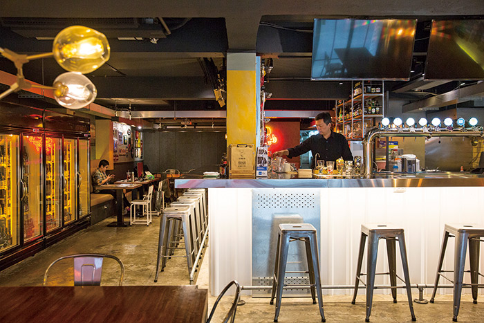 啤啤精釀啤酒屋店內空間簡單舒適美式風格。