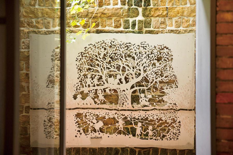 林文貞〈阿嬤家的生命樹〉將阿嬤們的喜好和一生雕成故事