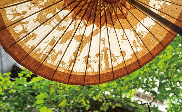林文貞紙雕作品〈下雨了〉黏貼在美濃紙傘