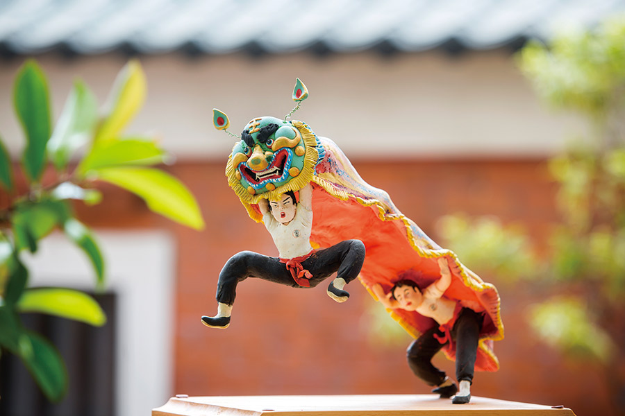 巫俊德最喜歡的作品是舞獅中空的獅身需要綁支架在裡頭