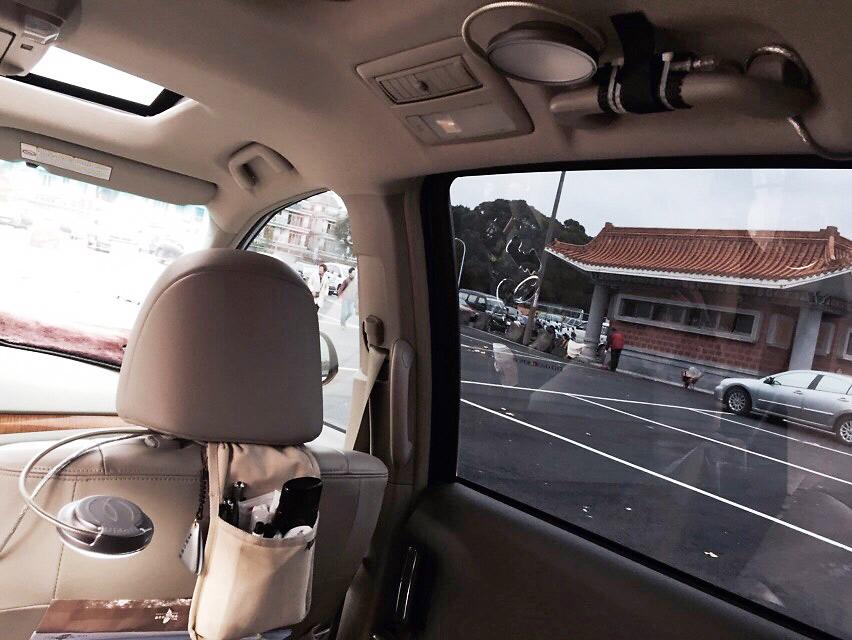 蔡英文在車內座位上方裝設專屬的閱讀燈