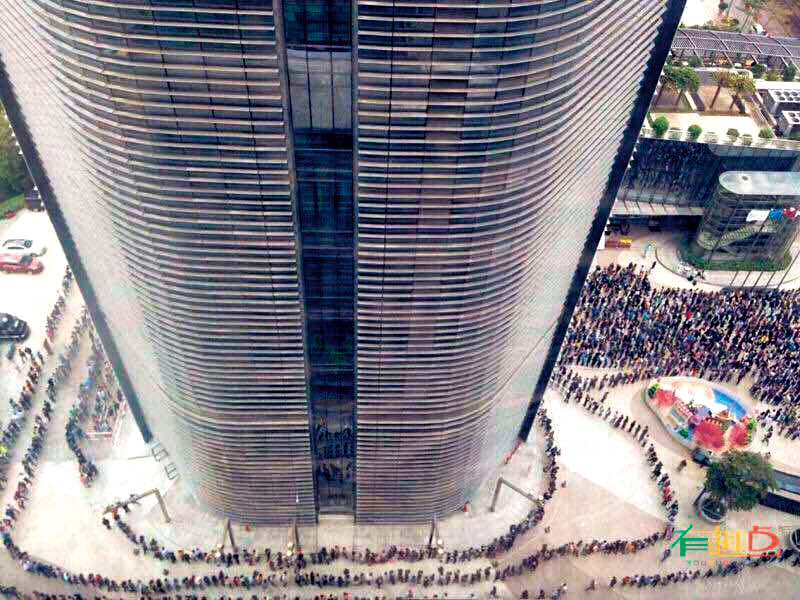 馬化騰在春節開工第一天親自發紅包給所有員工,員工在公司大樓外排隊