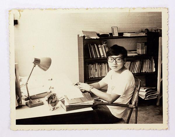 范疇早年在新加坡求學後來回到台大就讀