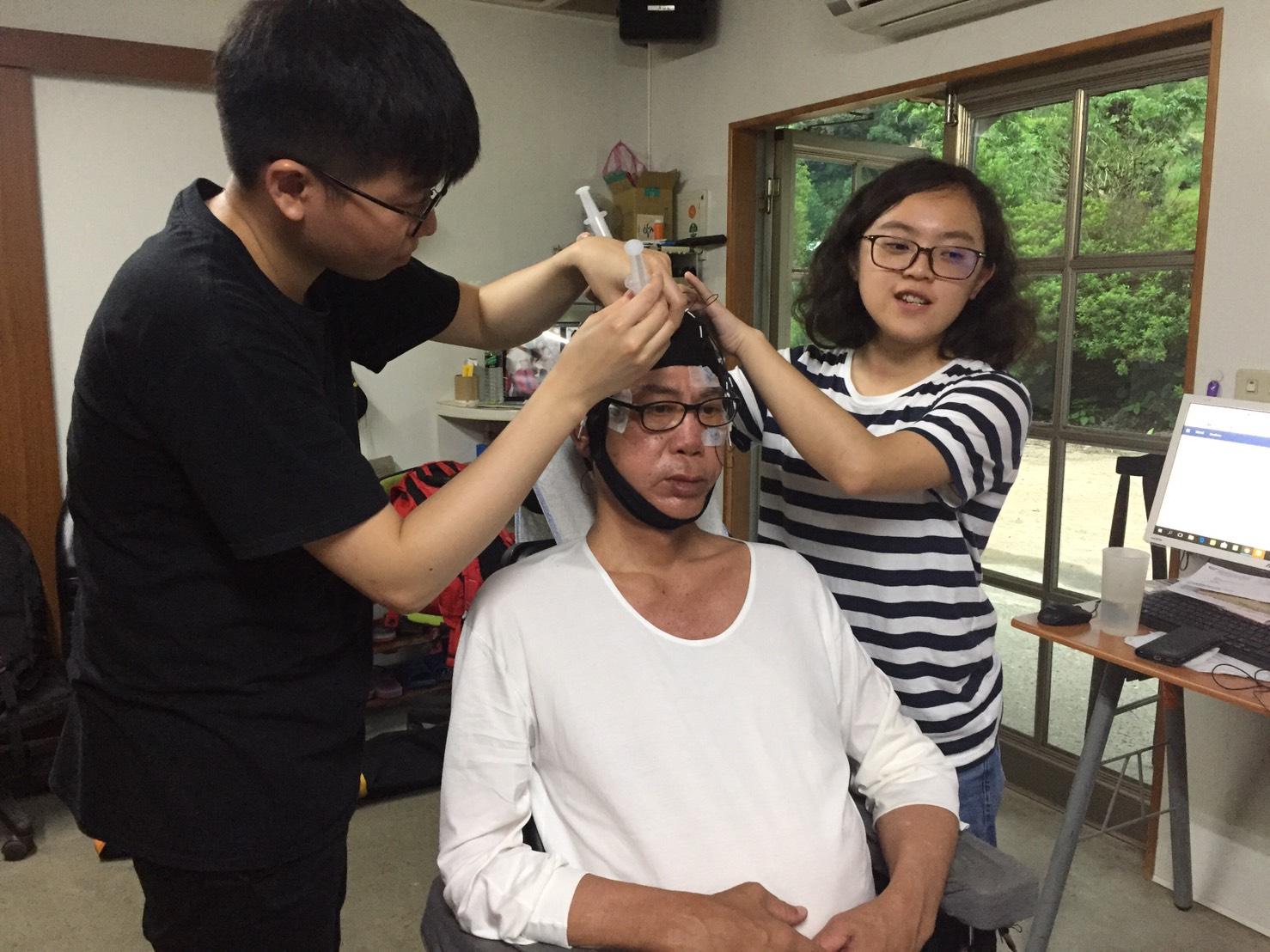 腦波團隊邀請李大哥進行受測