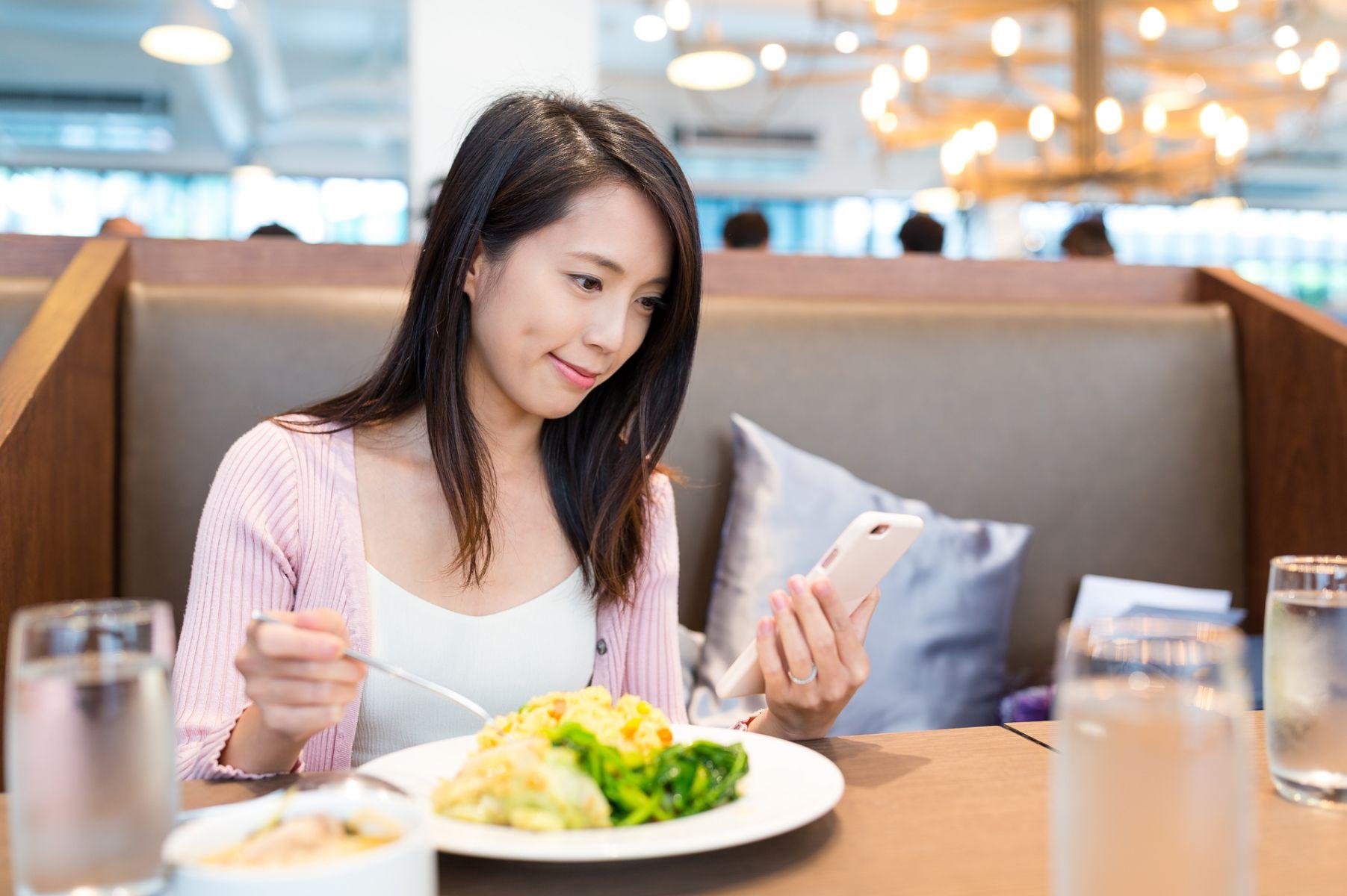 現代人習慣邊吃東西邊滑手機 小心毒素吞下肚