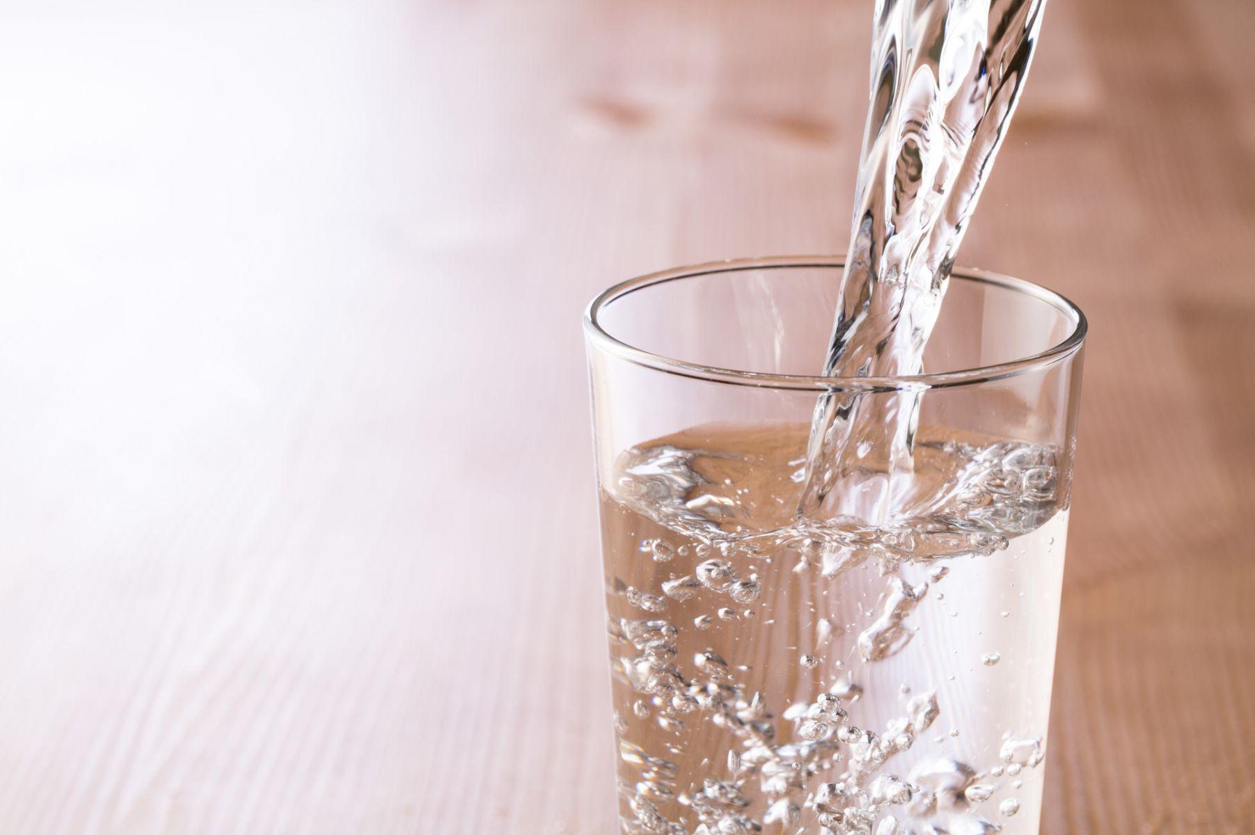 咳嗽、喉嚨痛或嘴破要「喝熱水」還「喝冰水」?耳鼻喉醫師專業解惑,遠離感冒、不適症狀