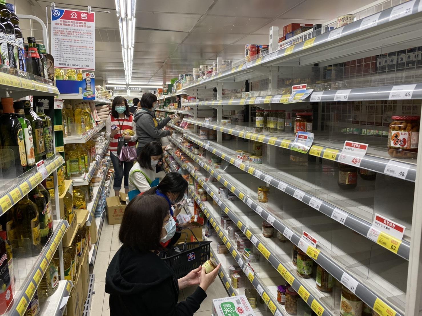 連蔡英文、陳時中都呼籲不必搶物資,台灣人到底在怕什麼?心理師分析:三大原因催化搶購潮