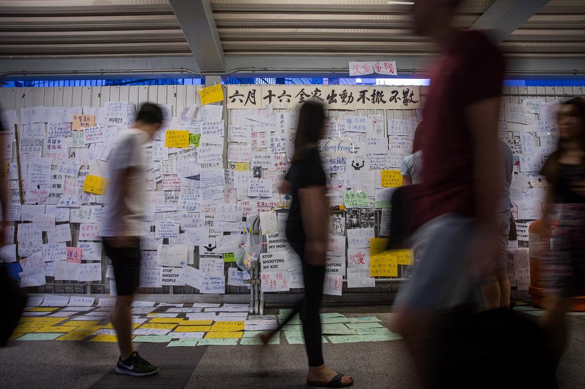 唱國歌沒有立正站好要關3年!剛擺脫《逃犯條例》 香港人再度面臨自由考驗