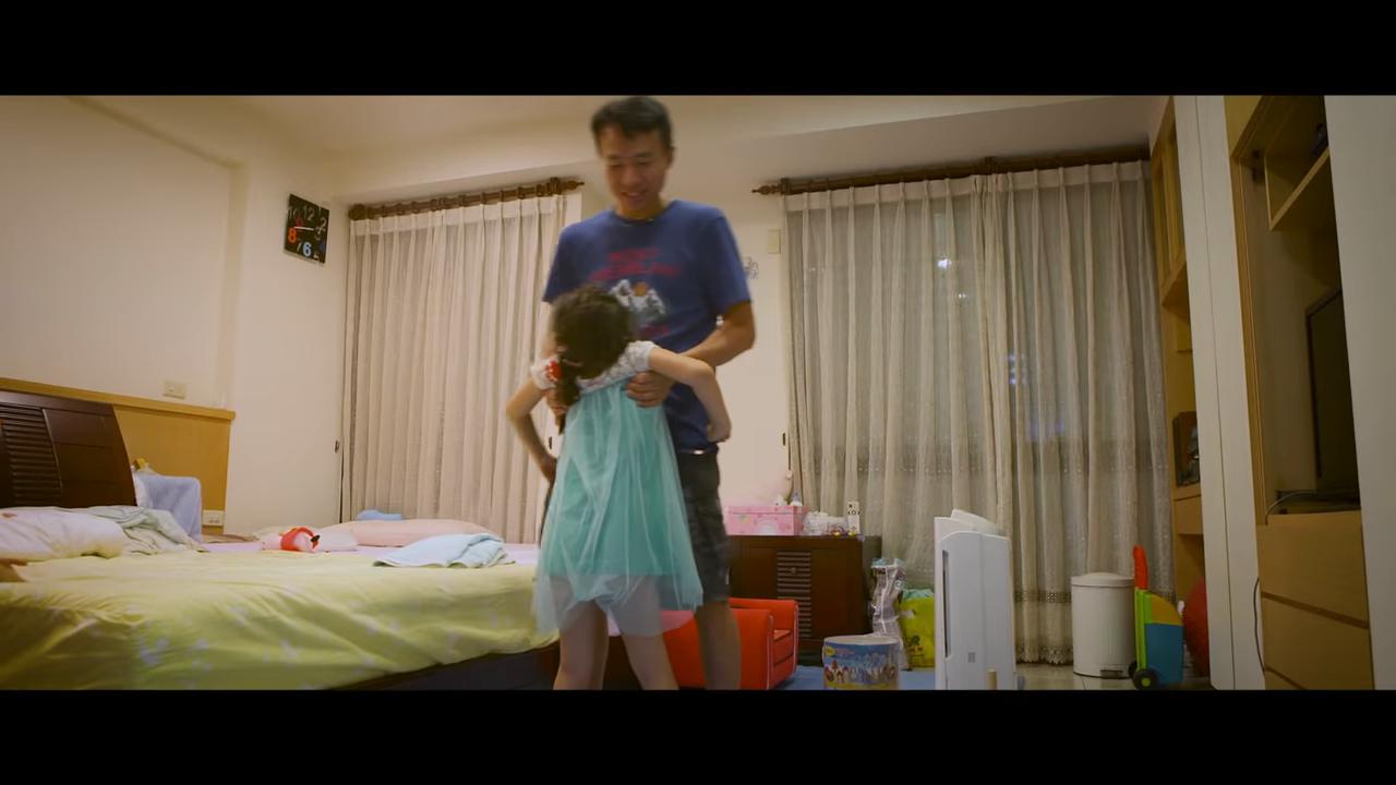 站在爸爸腳上跳舞…罹患肌肉萎縮症 6歲小女孩跌倒仍要挑戰夢想