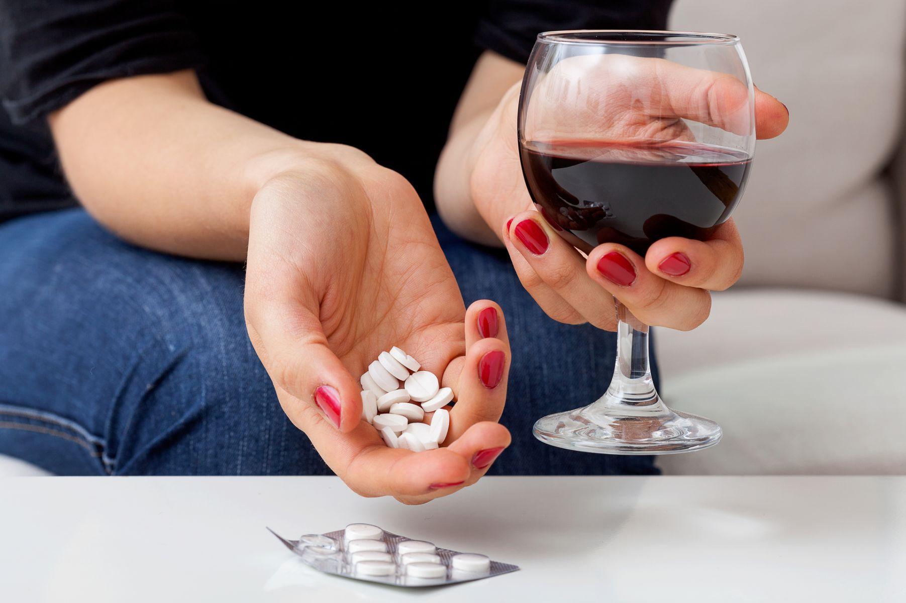 喝酒能吃藥嗎?哪些藥不能跟酒一起服用?醫師藥師完整解說!