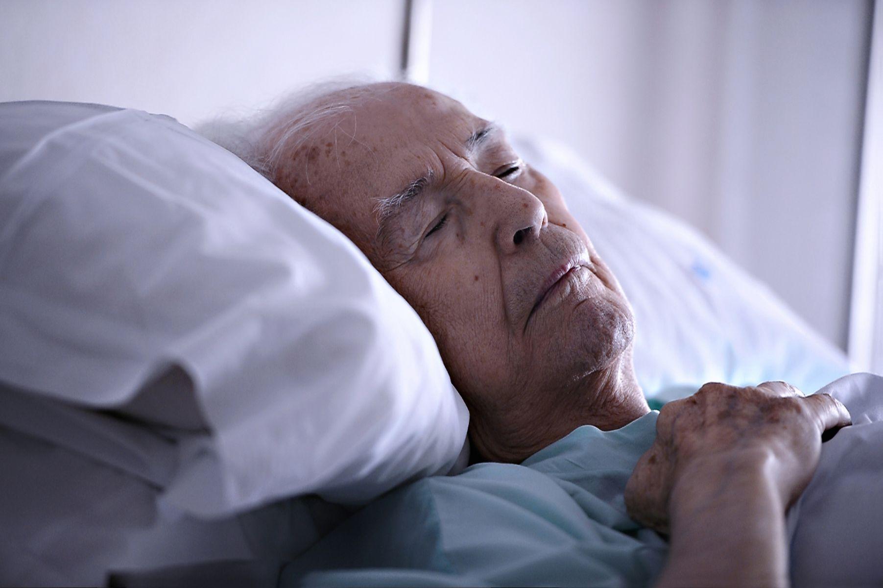 痛苦的兩難!長輩失能 該請看護還是送機構?