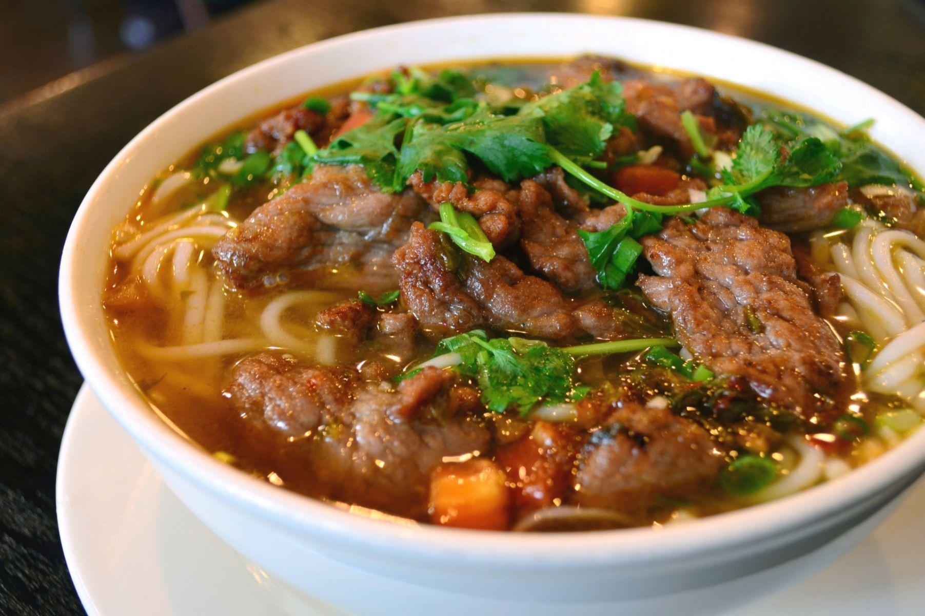 吃牛肉麵,別急著加酸菜!台灣牛肉麵的故事