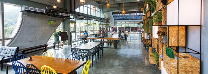 以清水模工法建造的Arc Cafe,仿若一艘太空船輕輕停泊,而任誰也沒想到,這座前衛十足的咖啡館,就停靠在深坑老街的不遠之處。當在地人都還渾然不覺時,Arc Cafe的奇特造型卻已吸引網民注意,傳為城市近郊的話題祕境。