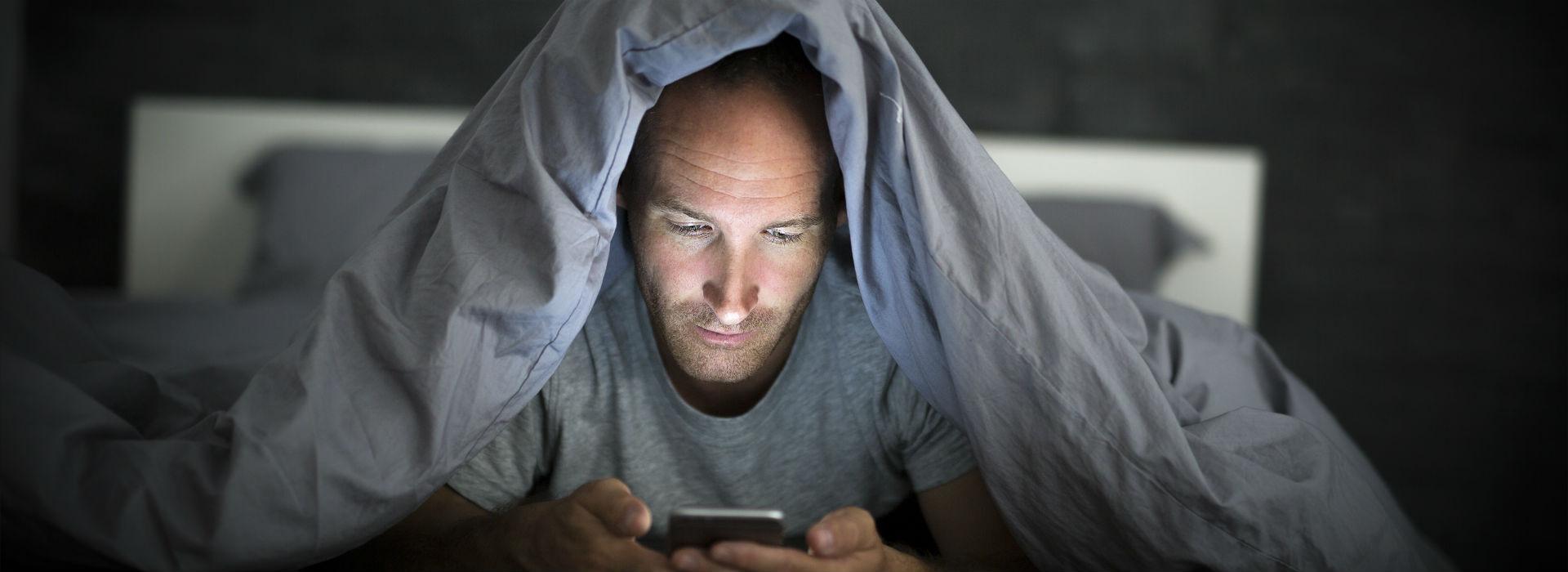 睡前玩手遊、滑手機易失眠!遠離藍光 睡前避免使用3C產品