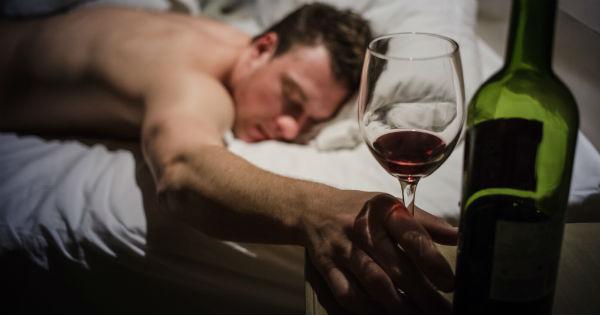 小酌助眠是錯誤觀念!睡前不飲酒 才能睡得好