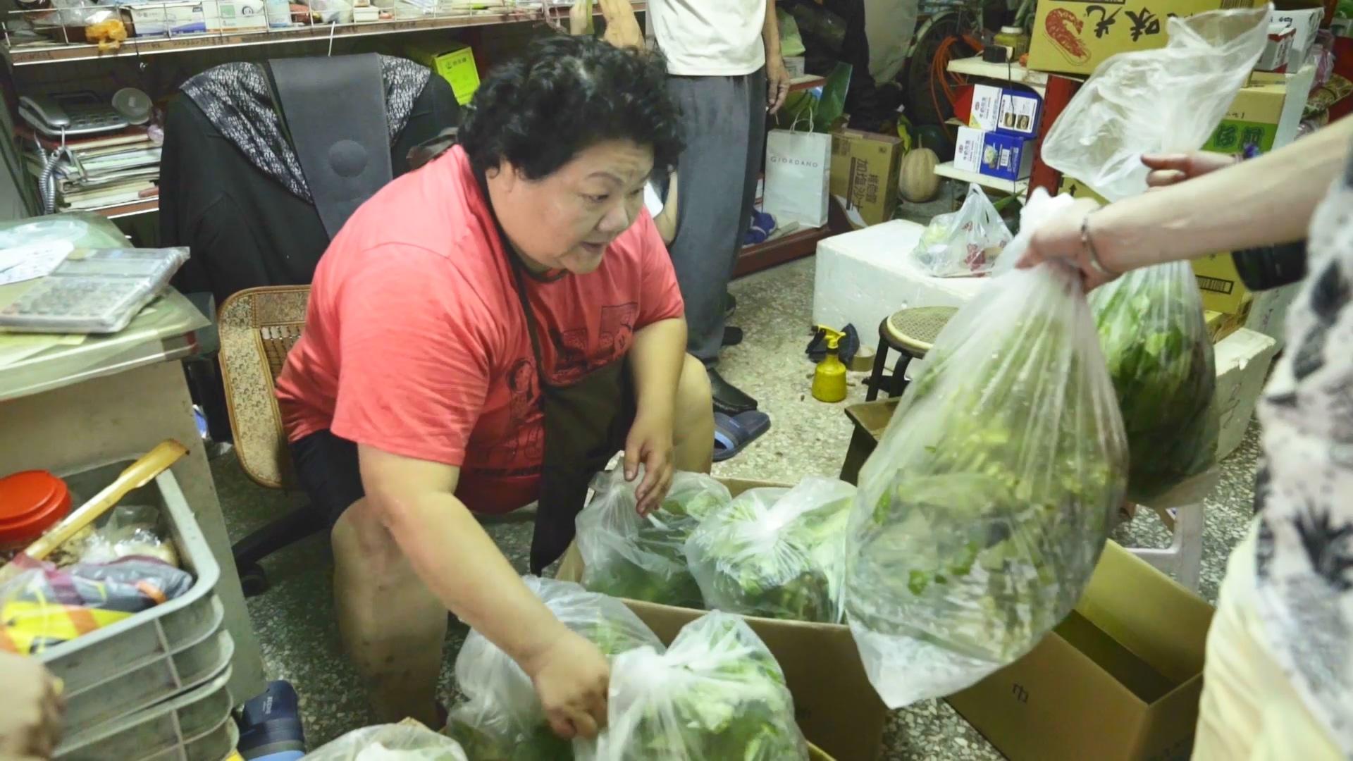 邱于恩的祖母協助分裝清洗好的有機蔬菜