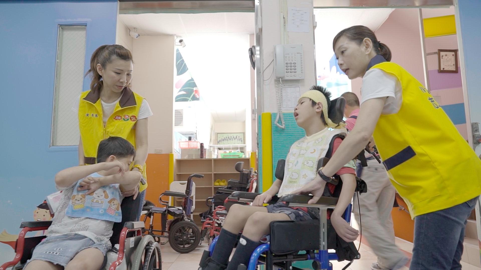 昇恆昌志工在康福智能發展中心準備協助物理治療,左為黃榮慧