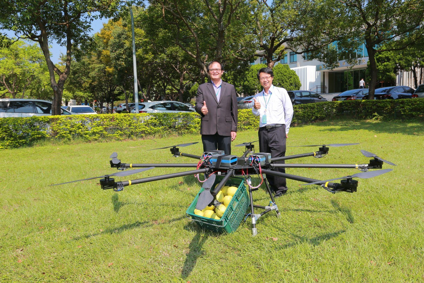 工研院高負載高續航無人機入圍杜拜國際無人機競賽,左起為工研院機械所胡竹生所長和工研院機械所彭文陽組長。