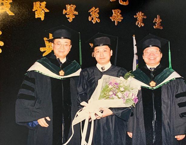 陳志金於台大醫學系畢業典禮與師長合影