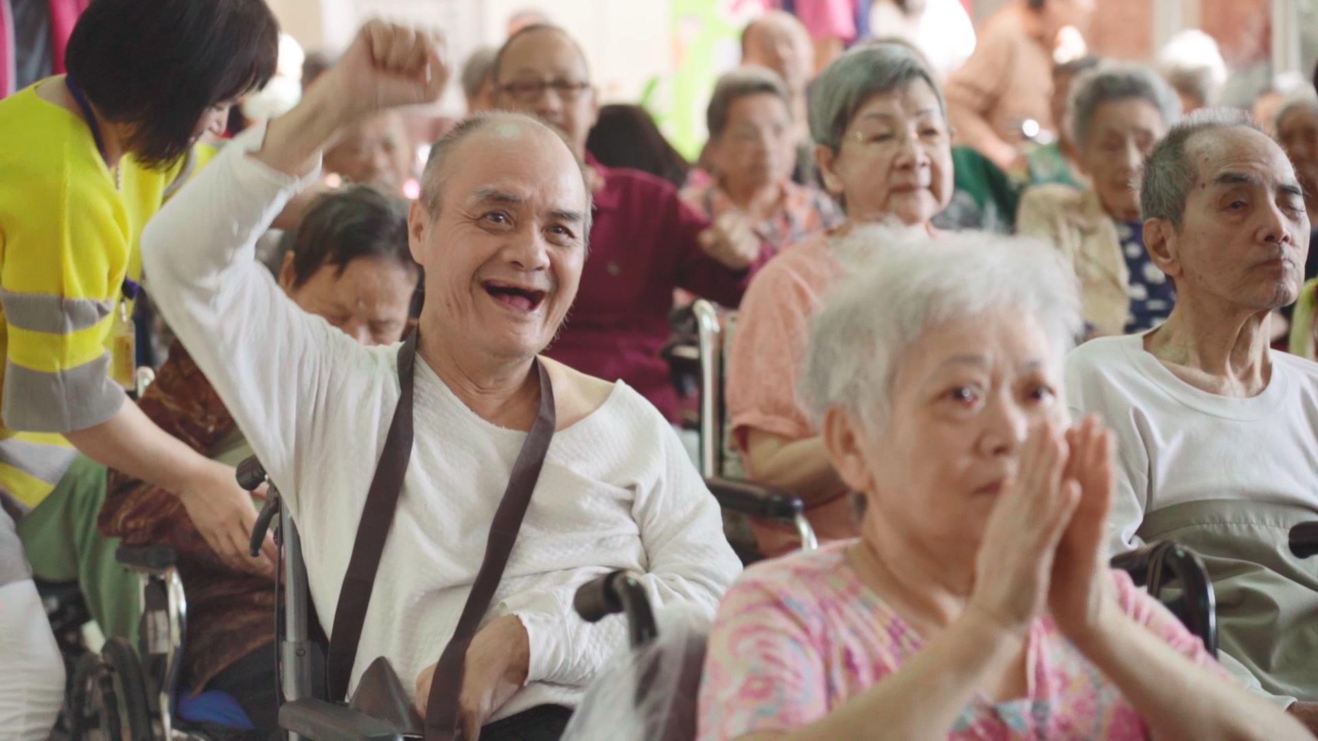 居住於基隆恆安的長輩,正開心參加志工團體帶來的表演活動。