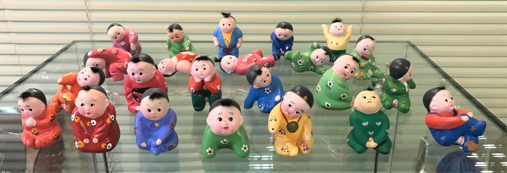 呂鴻基醫生於心臟病兒童基金會辦公室內的兒童小公仔