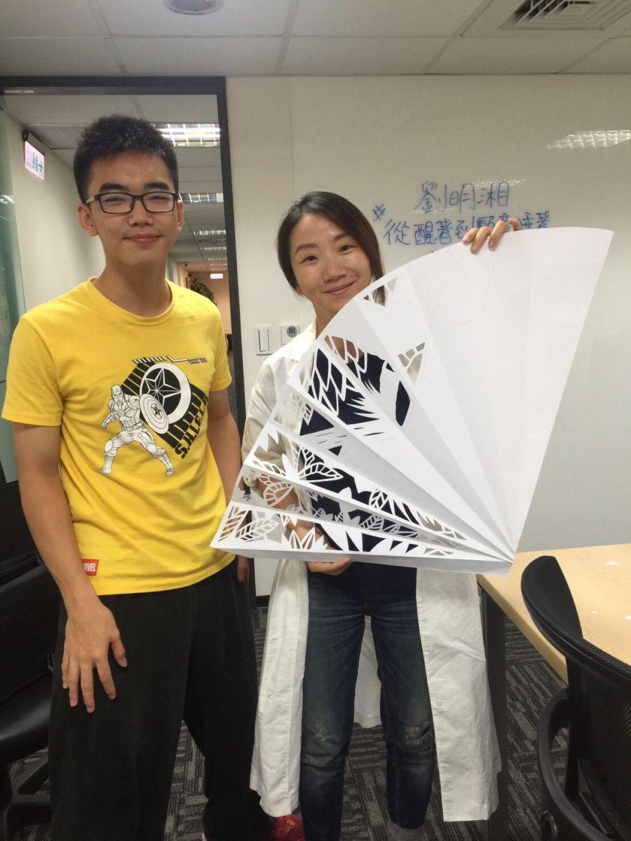 謝寧為藝人陶晶瑩、劉明湘MV設計製作紙雕