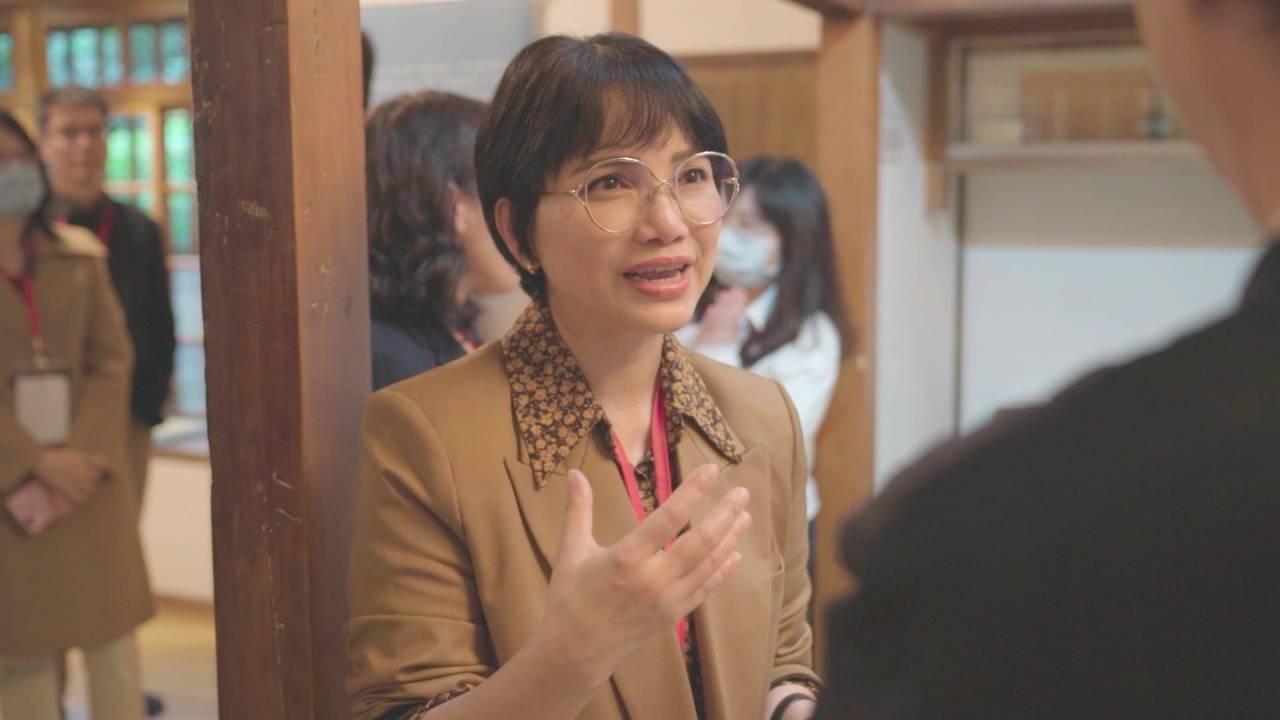 2008年,陳凰鳳獲聘為第一屆臺北縣新住民事務委員;2017年,陳凰鳳受邀擔任民進黨第一屆新住民事務委員會的主任委員,直到第三屆皆還擔任主任委員。