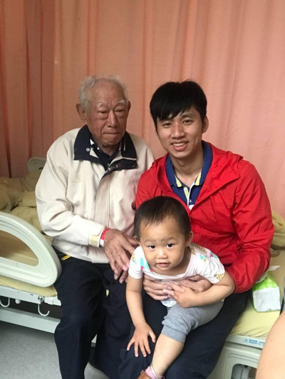 王國春家裡唯一三代同堂的合照,王國春第一次帶小孩去醫院見阿公