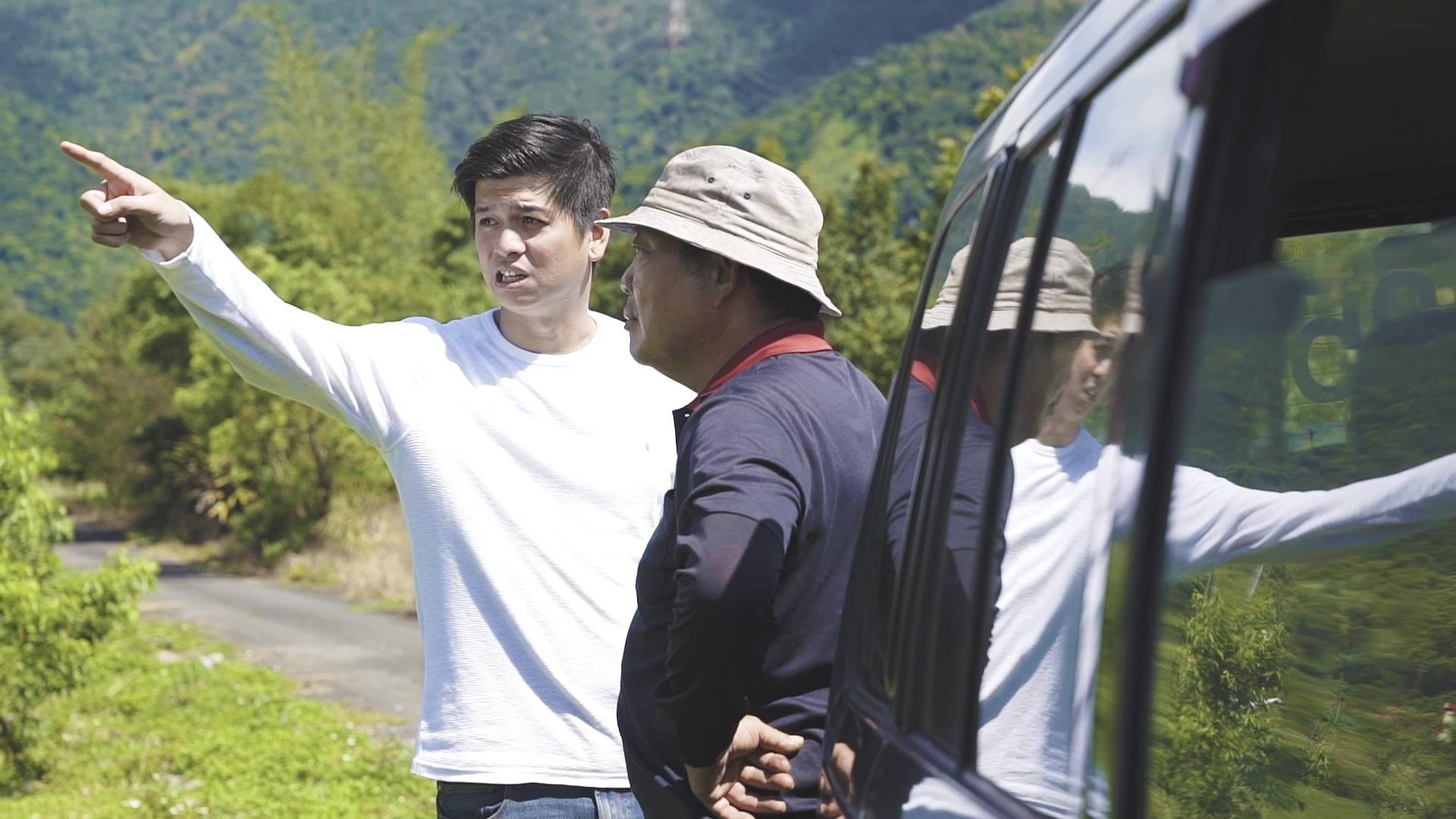 趙文豪與農民蘇連萬契作農場前討論苦茶樹