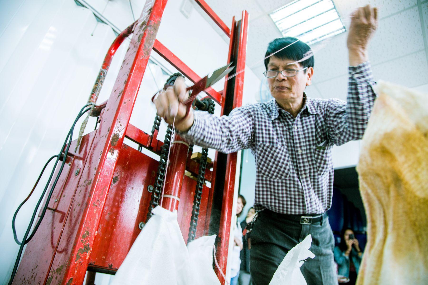 趙文豪的父親趙志明製作液態茶籽洗碗精。