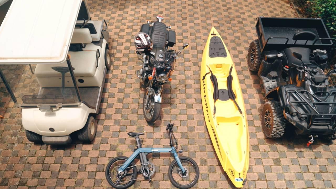 李銘煌的玩具包括沙灘摩托車、重型機車、自行車、獨木舟